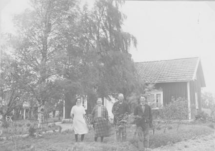 Erlands syskon och föräldrarna Ester Augusta & Anders Sven vid Svarvaretorpet