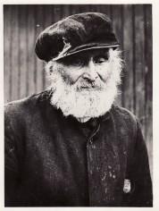"""Henrik """"Hindrik"""" Persson Född: 1850-12-13 i Storberget Död: 1946-08-17 i Storberget Hemmansägare och skogsarbetare. Gift 1886-06-06 med Olina Stefansdotter (född 1860-12-10, död 1930-12-11). De fick nio barn tillsammans varav två dog i späd ålder och en i tonåren. Både Henrik och Olina har s k svedjefinnar/skogsfinnar bland sina anor."""