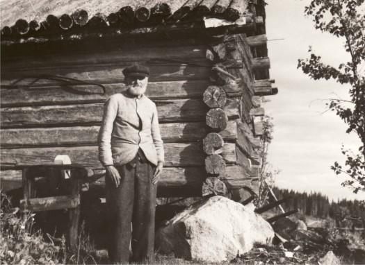 Henrik Persson utanför ett uthus på sin gård Nilsrud i Storberget.