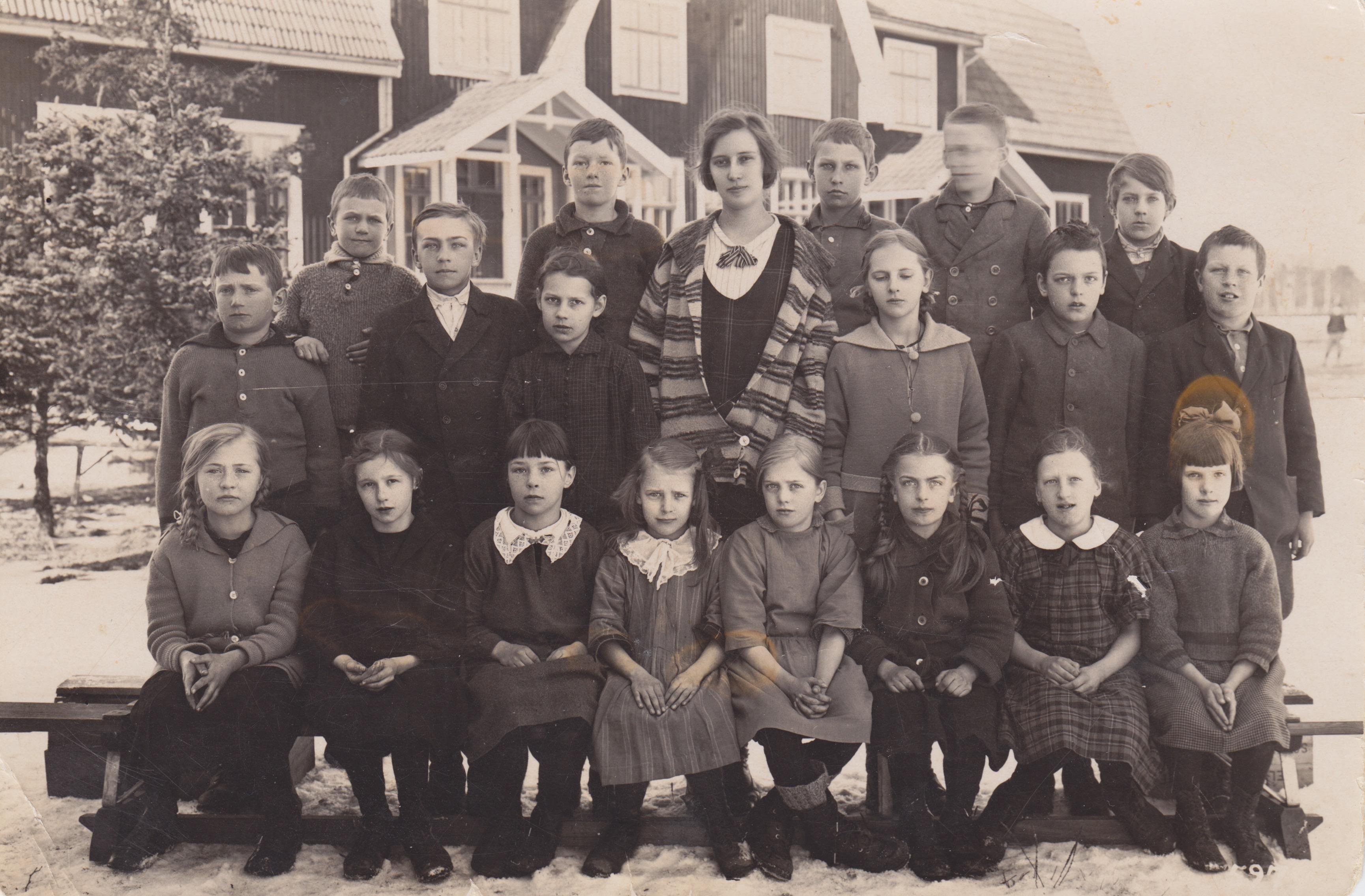 Mjönäs skola omkring 1925. Karin Andersson i nedre raden 3:e från vänster